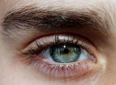 depilar vello de las cejas hombre