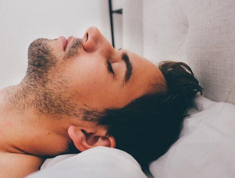 Hombre durmiendo en cama