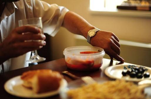 Hombre preparando planificando su comida