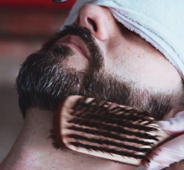 peinado y cepillado de la barba bigote